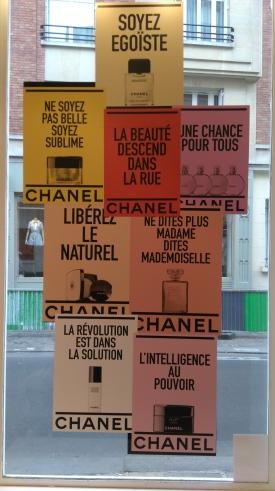 Vitrine 2 CHANEL Beauté le Marais, la beauté descend dans la rue